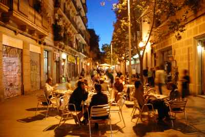 Café dans une rue touristique populaire à Barcelone